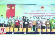 Phó Chủ tịch nước tặng quà gia đình chính sách tại Tiền Giang