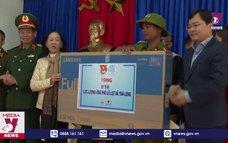 Thăm hỏi đồng bào vùng lở núi xã Trà Leng