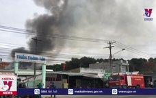 Tạm thời khống chế vụ cháy công ty VLXD ở Bình Dương