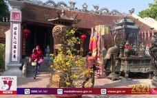 Du khách đeo khẩu trang khi đến đền Trần đầu năm mới