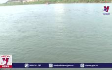Nước sông Hồng trong xanh khác thường