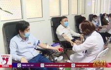 Cán bộ y tế tiên phong hiến máu giữa mùa dịch