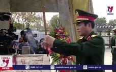 Dâng hương tại Nghĩa trang Liệt sỹ Quốc gia Đường 9