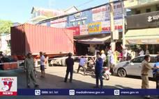Xe container lao vào cửa hàng làm 1 người chết