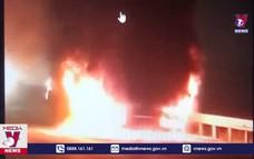Xe tải nổ lốp, bốc cháy gây ách tắc giao thông