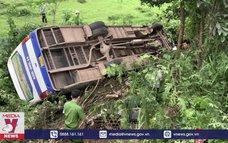 Tai nạn giao thông khiến xe chở công nhân lao xuống ruộng