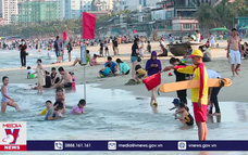 Bãi biển Đà Nẵng hút khách cuối tuần