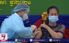 """Campuchia tiêm vaccine COVID-19 cho người dân """"Khu vực Đỏ"""""""