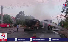 Xe ô tô đầu kéo và container bốc cháy sau khi va chạm