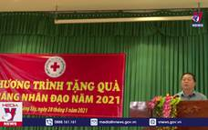 Trưởng Ban Tuyên giáo Trung ương tặng quà tại Tiền Giang
