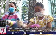 Bé gái 10 tuổi làm cơm ủng hộ người dân chống dịch