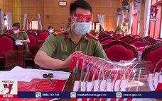 Công an Hà Tĩnh tặng 1.000 tấm chắn giọt bắn phòng dịch COVID-19