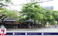 Đà Nẵng ngày đầu mở lại hoạt động tắm biển và bán hàng ăn tại chỗ