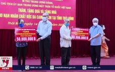 Chủ tịch Ủy ban Trung ương MTTQ Việt Nam trao quà tại Thái Bình