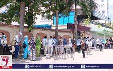 Tập trung đông người chờ xét nghiệm COVID-19