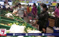 Người dân Nha Trang gom hàng trước thông tin tạm dừng chợ truyền thống