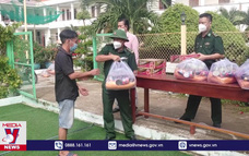 Bộ đội chăm lo cho gia đình chính sách ở xã đảo Thạnh An