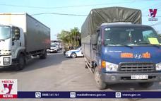 Quảng Ninh phạt 2 thanh niên trốn trong thùng xe tải