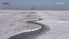 Cảnh tượng hiếm có tuyết rơi phủ kín đảo Mont Saint-Michel ở Pháp