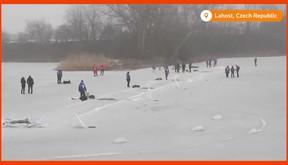 Cận cảnh hiện trường nơi David Vencl bơi lội giữa hồ băng