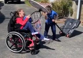 Clip triệu view gây xúc động khi em trai giúp chị chơi bóng rổ