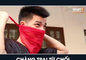 Nguyễn Phú Hoàng chơi đùa với chiếc khăn quàng đỏ trong ngày trở về trường cấp 3