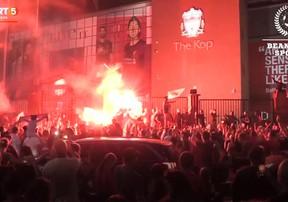 CĐV Liverpool đốt pháo sáng, hò reo ăn mừng trong ngày Liverpool vô địch Ngoại hạng Anh