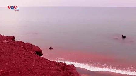 Bãi biển có màu đỏ rực tại Iran