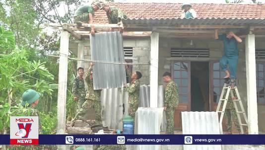 Bộ đội giúp dân khắc phục hậu quả bão số 5